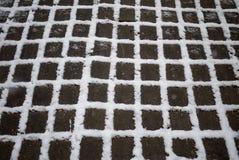 Schnee zwischen den Sprüngen stockbild