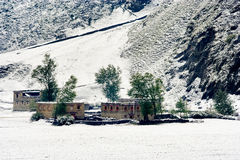 Schneeansicht des tibetanischen Dorfs am Shangri-La China Stockbild