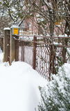 Schneeantrieb vor einem Haus Stockfotos