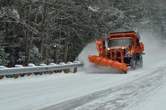 Schneeausbaufahrzeug, das Schnee nach Blizzard löscht Stockfotografie
