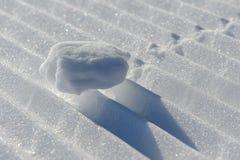 Schneeball auf der Skipiste Stockfoto