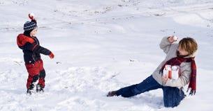 Schneeballspaß im ersten oder letzter Schnee des Winters Lizenzfreie Stockfotos