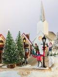 Schneeballspaß im vorbildlichen Dorf Stockfotografie