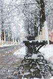 Schneebank-Winterbürgersteig Stockfotos