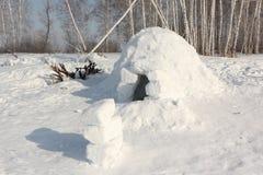 Schneebau ein Iglu auf einer Winterlichtung Stockbilder