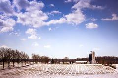 Schneebauernhof im Wintersonnenschein lizenzfreies stockfoto