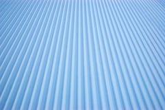 Schneebaumwollsamt auf einer leeren Skisteigung lizenzfreie stockbilder