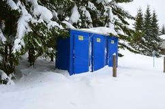 Schneebedeckt, blau, transportierbare Toilette an einem Wintertag stockfoto