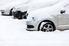 Schneebedeckte Autos im Parkplatz Lizenzfreies Stockbild