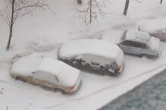 Schneebedeckte Autos im Parkplatz in einem Schneesturm Lizenzfreie Stockfotografie