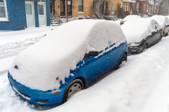 Schneebedeckte Autos während eines Schnees stürmen, Montreal, im Dezember 2015 Lizenzfreies Stockfoto