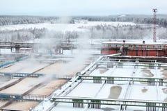 Schneebedeckte Wasserbehälter in der Kanalisations-Aufbereitungsanlage Lizenzfreies Stockbild