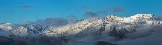 Schneebedeckte Berge bei Sonnenaufgang Adzharo-Imeretinskiystrecke Stockfotografie