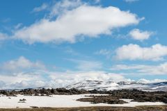 Schneebedeckte Berge, bewölkte, blaue Himmel stockbilder