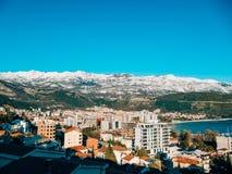 Schneebedeckte Berge von Budva Stockfoto