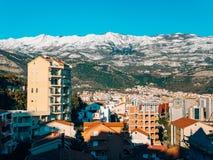 Schneebedeckte Berge von Budva Stockbilder