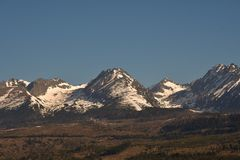 Schneebedeckte Bergspitzen mit Graslandschaft im Fr?hjahr hohes Tatras Slowakei lizenzfreies stockbild