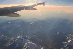 Schneebedeckte Bergspitzen mit Höhenflugzeugen Lizenzfreie Stockbilder
