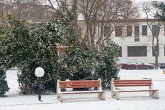 Schneebedeckte Gasse in der Mitte von Pomorie, Bulgarien Stockbilder