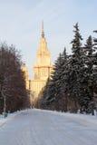 Schneebedeckte Gasse des Winters führt zu das Gebäude der Universität moskau Russland Stockfotos