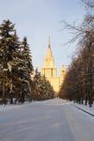 Schneebedeckte Gasse des Winters führt zu das Gebäude der Universität moskau Russland Stockfotografie