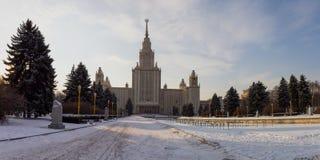Schneebedeckte Gasse des Winters führt zu das Gebäude der Universität moskau Russland Stockfoto