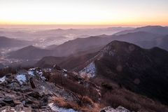Schneebedeckte Gebirgsrücken und Berge Lizenzfreies Stockfoto