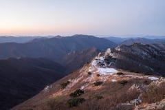 Schneebedeckte Gebirgsrücken und Berge Stockbild