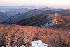 Schneebedeckte Gebirgsrücken und Berge Lizenzfreie Stockfotos