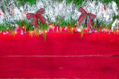 Schneebedeckte Girlandengrenze des leeren Weihnachtszeichens Stockbild