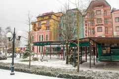 Schneebedeckte Hotels in der Mitte von Pomorie in Bulgarien Lizenzfreie Stockfotos