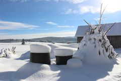 Schneebedeckte Idylle des schönen Dorfs stockfotos