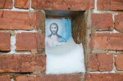 Schneebedeckte Ikone von Jesus Christ stockfoto