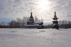 Schneebedeckte Kirche in Sibirien lizenzfreies stockfoto