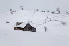 Schneebedeckte Landschaft des Winters des transylvanian Dorfs Lizenzfreie Stockfotos