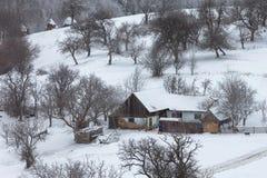 Schneebedeckte Landschaft des Winters des transylvanian Dorfs Stockfotos