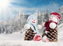 Schneebedeckte Landschaft des Winters mit Schneemännern Stockfotos