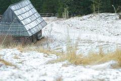 Schneebedeckte Landschaft des Winters mit traditionellem Blockhaus und Erschütterungsdach im Wald Stockfoto