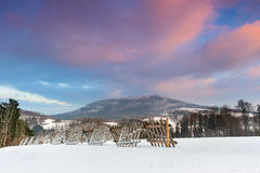 Schneebedeckte Landschaft des Winters in Polen bei Sonnenuntergang Lizenzfreies Stockbild