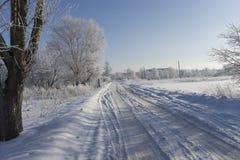 schneebedeckte leere Straße des Winters Stockbild