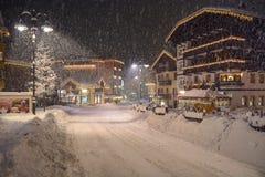 Schneebedeckte Nacht Val di Fassa lizenzfreie stockfotos