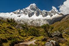 Schneebedeckte Spitze von Kordilleren-BLANCA in Peru Stockfotos