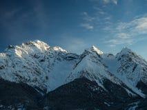Schneebedeckte Spitzen Stockfotos