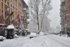 Schneebedeckte Stadtstraße Lizenzfreie Stockfotos