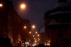 Schneebedeckte Straße der europäischen Stadt des Winters am Abend Saisonfeiertage Stockbild