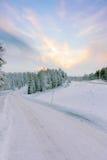 Schneebedeckte Straße des Winters Stockfotografie