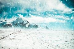 Schneebedeckte Straße, die einen Berg verlässt Lizenzfreies Stockbild