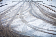 Schneebedeckte Straße, die Kennzeichen der Räder Lizenzfreies Stockfoto