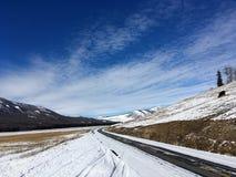 Schneebedeckte Straße zu Kanas im Winter Lizenzfreie Stockfotografie