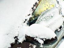 Schneebedeckte Windschutzscheibe, Seitenfenster und linker R?ckspiegel stockfotografie